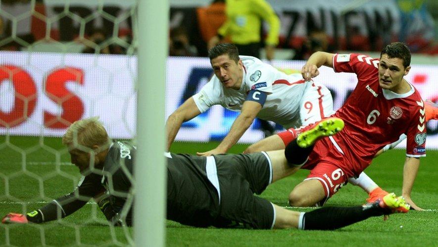 Le capitaine de la Pologne Robert Lewandowski bat de près le gardien Kasper Schmeichel du Danemark à Varsovie, le 8 octobre 2016