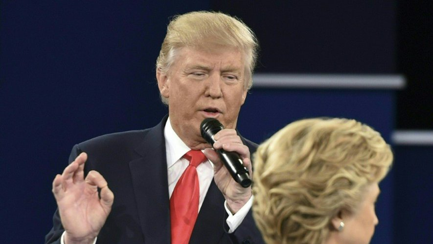 Donald Trump et Hillary Clinton lors du debat TV le 9 octobre 2016 à Saint-Louis dans le Missouri