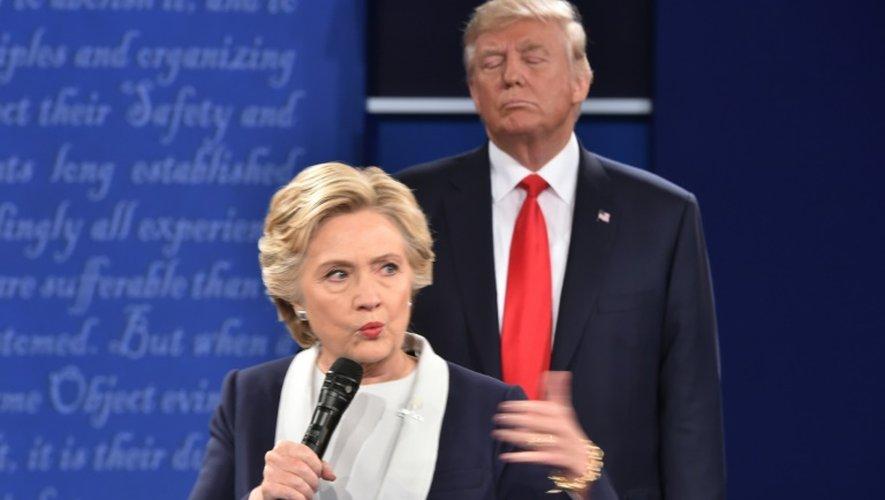 Donald Trump et Hillary Clinton lors du débat contre Donald Trump à St-Louis le 9 octobre 2016