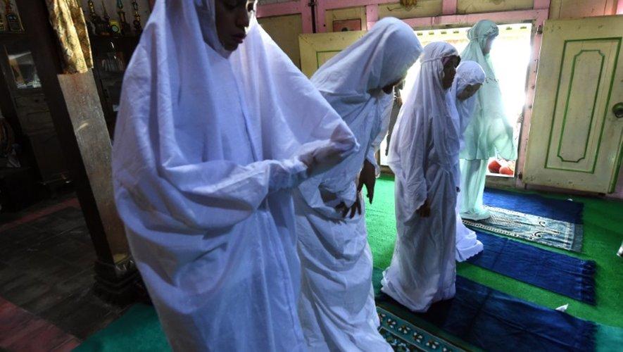 Des musulmans transgenres prient dans l'école islamique de Yogyakarta, en Indonésie, le 9 mais 2016