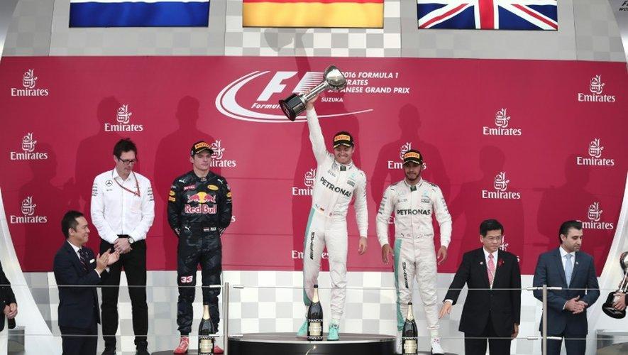 Le pilote allemand Nico Rosberg (Mercedes-AMG) brandit le trophée sur le podium après sa victoire au GP du Japon de F1 à Suzuka, le 9 octobre 2016