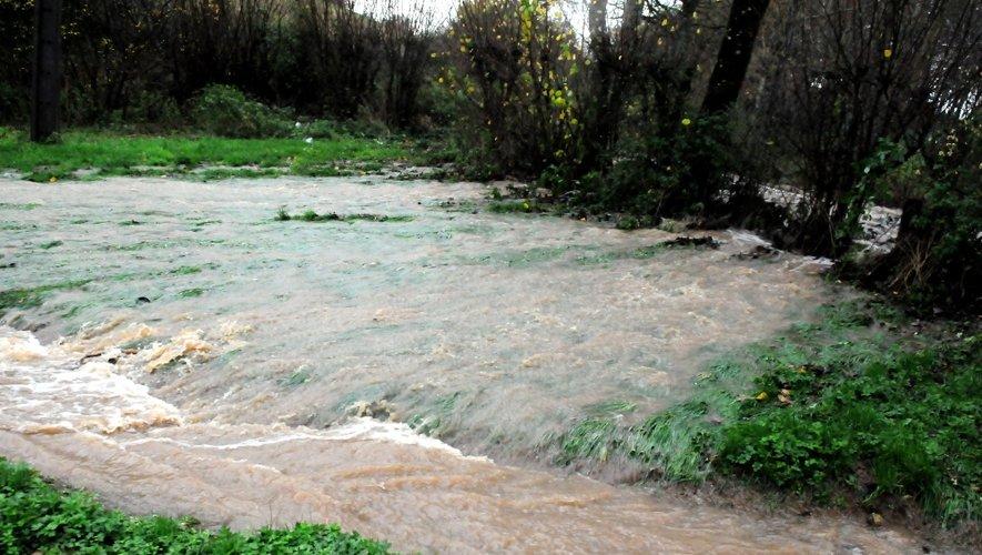 L'Aveyron sous les eaux, les footballeurs au repos...