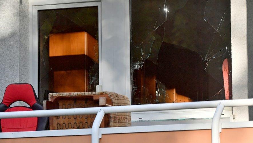 Vitre brisée d'un appartement du quartier Yorckgebiet de Chemnitz, le 9 octobre 2016, lors de la poursuite de Jaber Albakr, un fugitif syrien soupçonné de préparer un attentat.