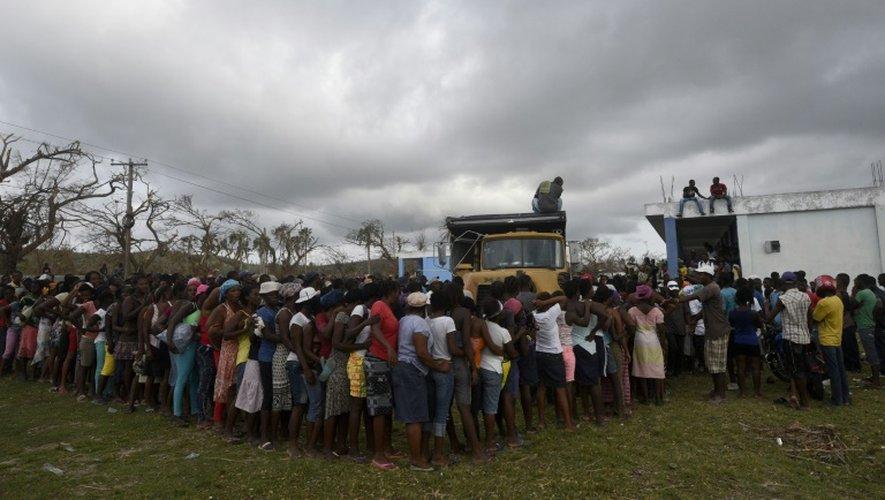 Des haïtiens font la queue pour obtenir de la nourriture et des vêtements auprès d'un centre d'accueil, le 9 octobre 2016, à Port-Salut au sud-ouest de Port-au-Prince.