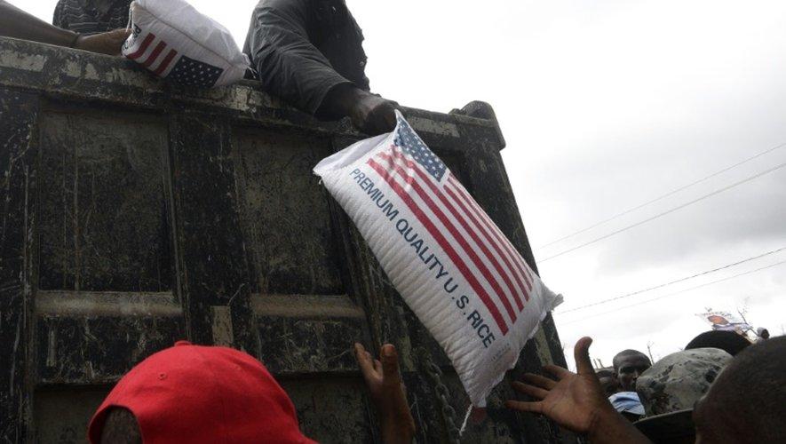 Des haïtiens reçoivent de l'aide auprès d'un centre d'accueil de Port-Salut, au sud-ouest de Port-au-Prince, le 9 octobre 2016.