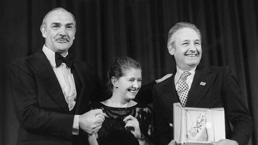 Le cinéaste polonais Andrzej Wajda (d) avec sa palme d'or remise à Cannes le 27 mai 1981, sur scène aux cotés de l'acteur Sean Conneray (g) et de femme Krystyna Zachwatowicz