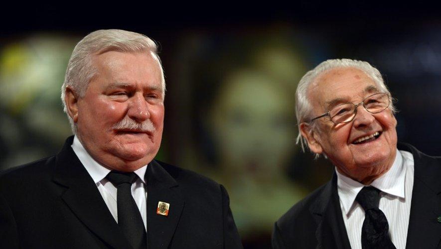 """L'ancien président polonais Lech Walesa (g) et le cinéaste polonais Andrzej Wajda arrivent au festival de Venise pour la présentation du film """"Walesa, l'homme d'espoir"""", le 5 septembre 2013"""