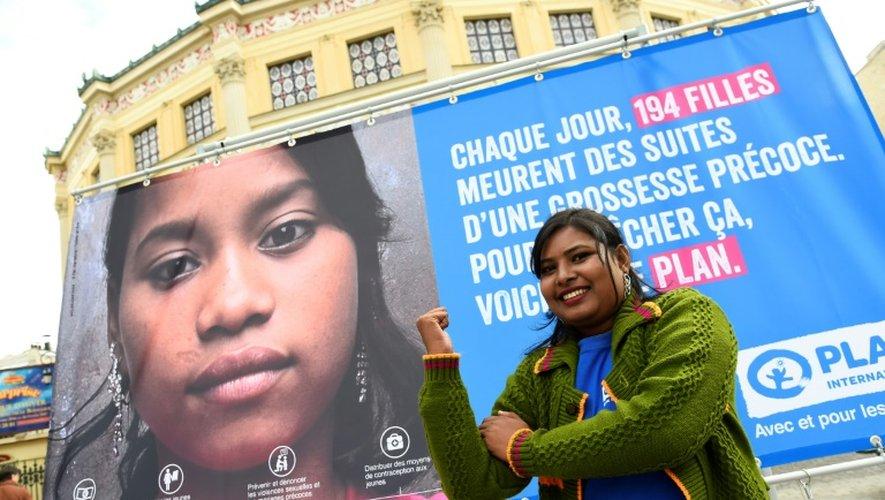 """Radha Rani porte-parole de l'ONG Plan international, poses devant une affiche pendant l'inauguration d'une """"Place du Calvaire des Filles"""" devant le Cirque d'Hiver à Paris le 10 octobre 2016"""