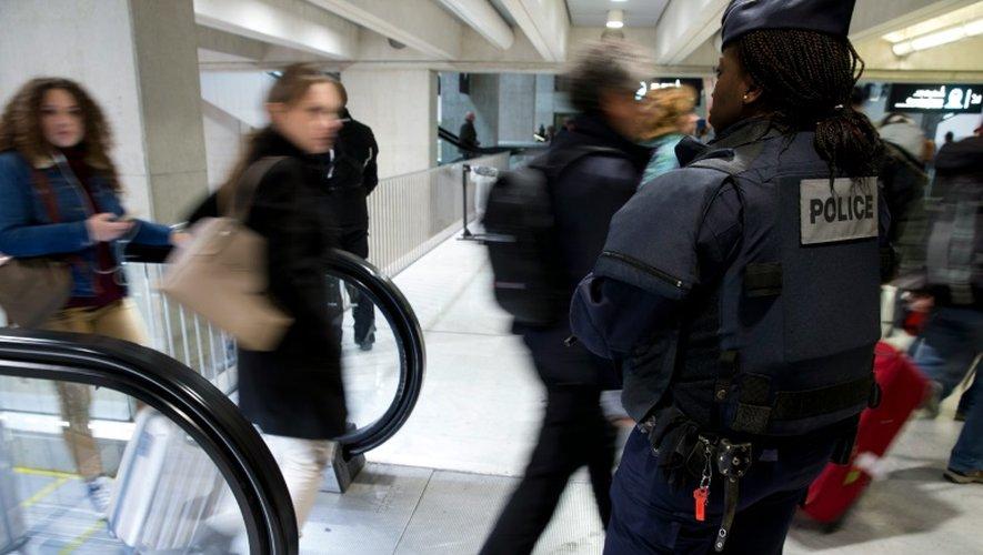 Des policiers en patrouille le 3 décembre 2015 à l'aéroport Charles-de-Gaulle à Roissy