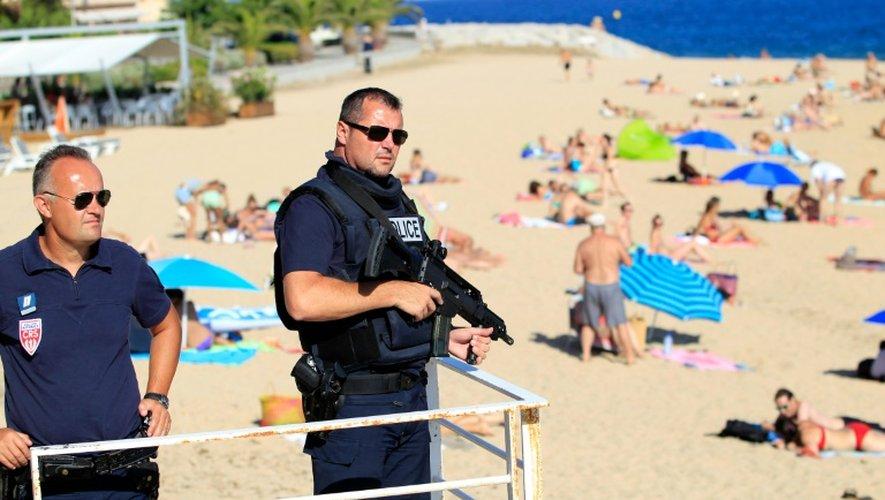 Des policiers armés le 1er août 2016 sur la plage à Ajaccio