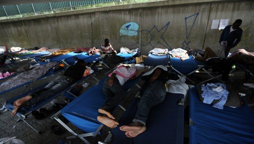 Des migrants dorment sur des lits de camp dans un centre de la Croix Rouge, à Vintimille, le 14 septembre 2016