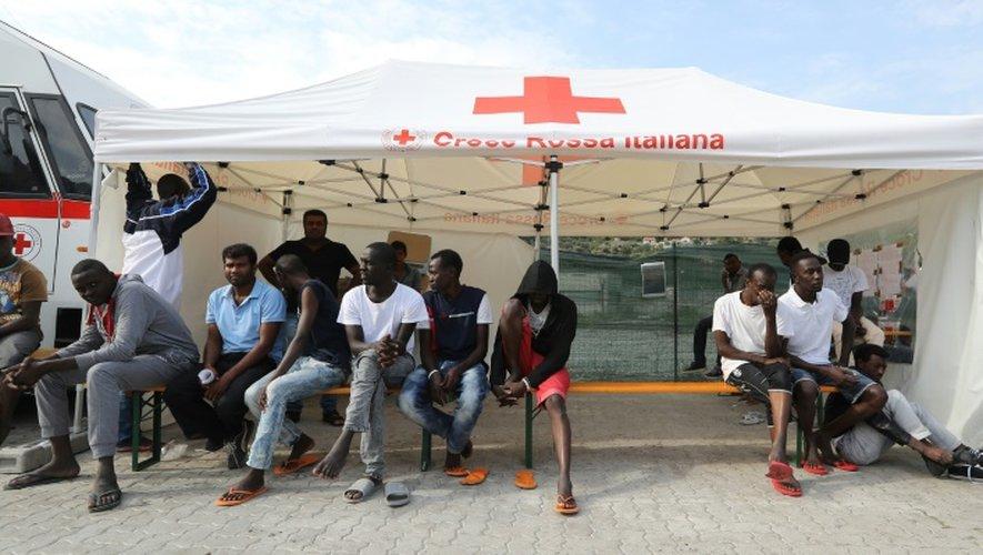 Des migrants dans un centre de la Croix Rouge à Vintimille (Italie), le 24 septembre 2016