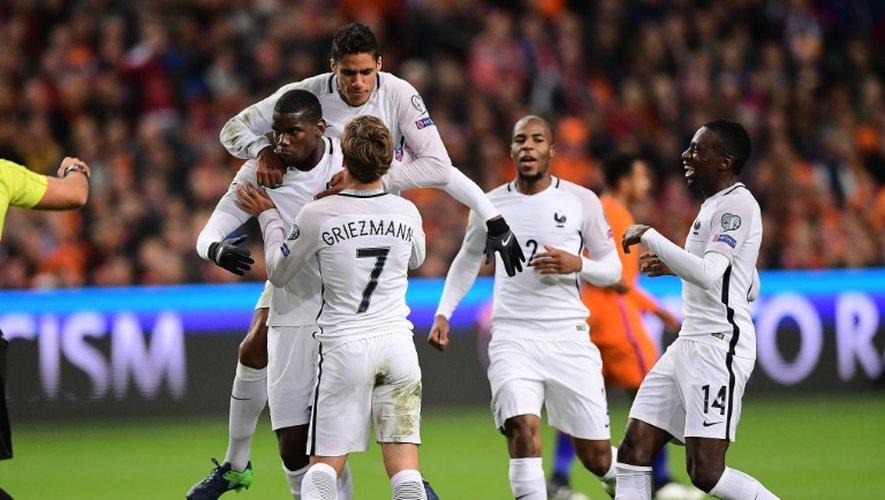 La joie des joueurs de l'équipe de France après le but de Paul Pogba contre les Pays-Bas, le 10 octobre 2016 à Amsterdam