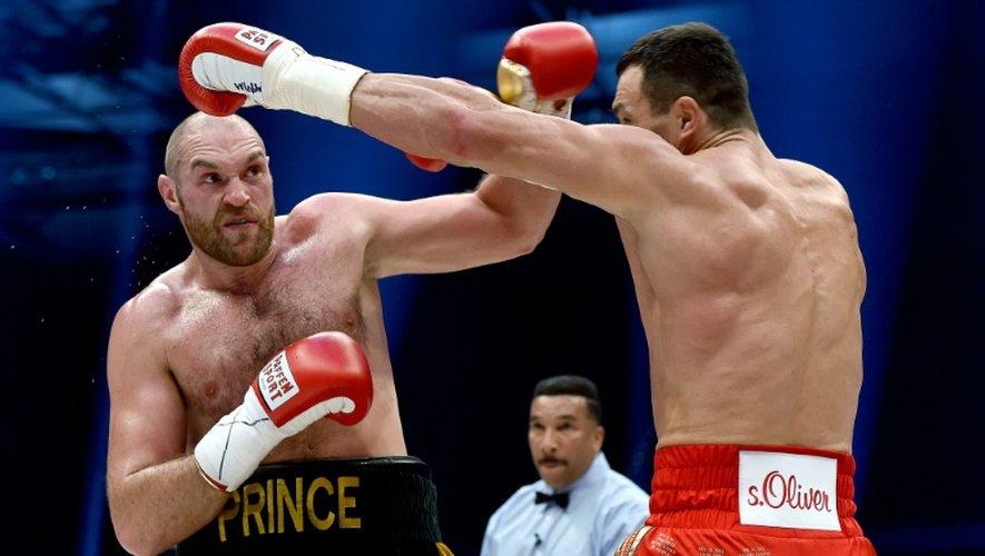 Le poids lourd britannique Tyson Fury (de face) contre l'Ukrainien Wladimir Klitschko, le 28 novembre 2015 à Düsseldorf