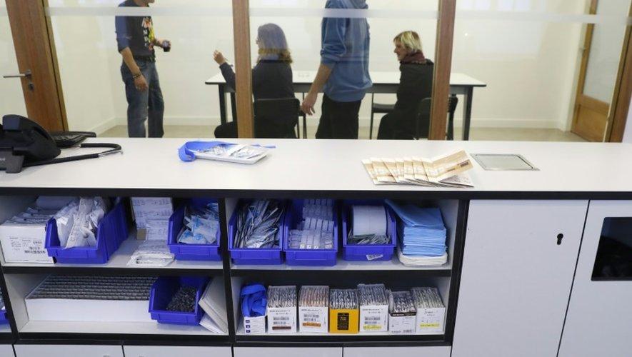 """La première """"salle de consommation de drogue à moindre risque"""" (SCMR) de France, est présentée le 11 octobre 2016 à l'hôpital Lariboisière de Paris, une semaine avant son ouverture"""