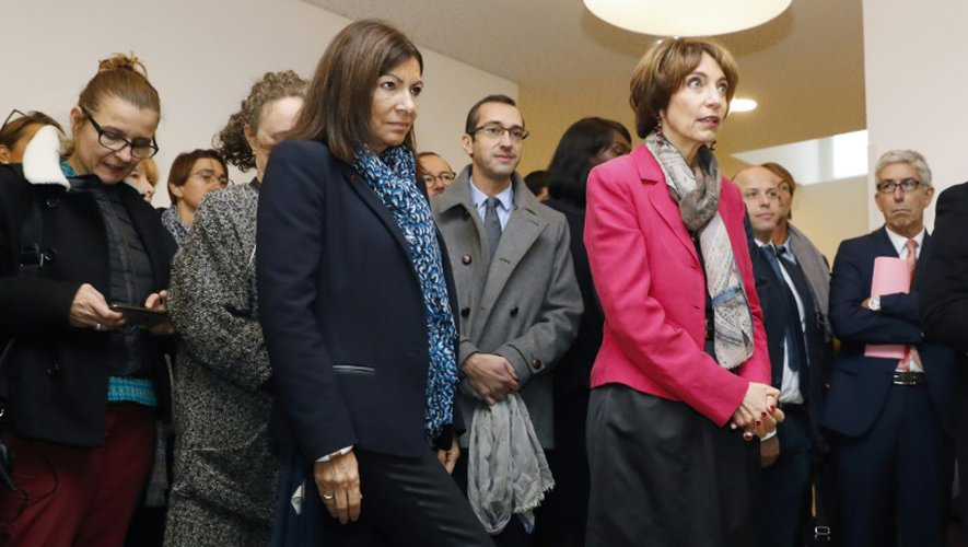 """La maire de Paris Anne Hidalgo et la ministre de la santé Marisol Touraine visitent la """"première salle de shoot"""" en France, le 11 octobre 2016 à Paris"""