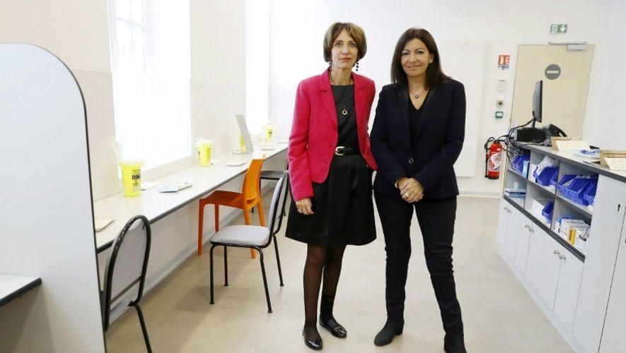 """La maire de Paris Anne Hidalgo et la ministre de la santé Marisol Touraine visitent la première """"salle de shoot"""" en France, le 11 octobre 2016 à Paris"""