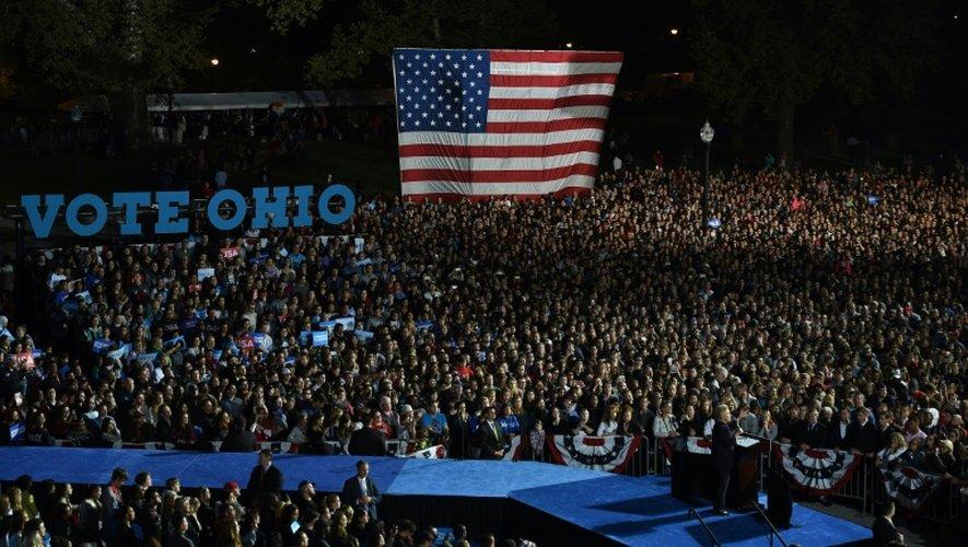 Hillary Clinton devant une foule record sur le campus de l'université Ohio State le 10 octobre 2016 à Columbus