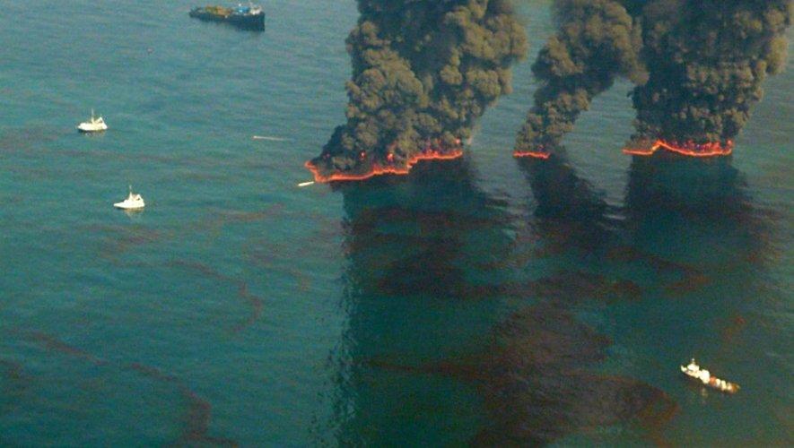 La plateforme Deepwater Horizon le 19 mai 2010. Il avait fallu 87 jours pour arrêter la fuite du puits de pétrole situé à 1.500 mètres sous le niveau de l'eau
