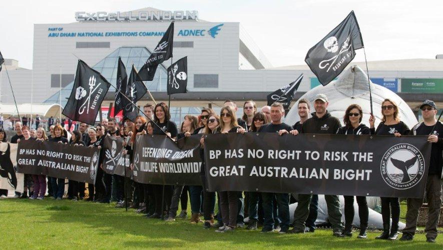Des opposants au projet de forage dans la Grande baie australienne manifestent à l'occasion de l'assemblée générale annuelle de BP à Londres, le 14 avril 2016