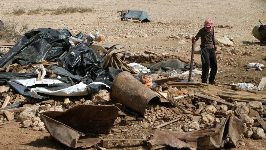 Un Palestinien au milieu des décombres d'un logement détruit par sraël parce-que construit sans permis, le 9 octobre 2016 à Naplouse