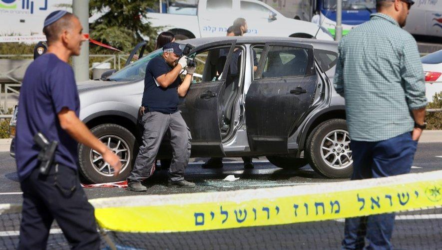 Des enquêteurs sur le site d'un attentat à Jérusalem-Est le 9 octobre 2016, qui a fait deux morts israéliens