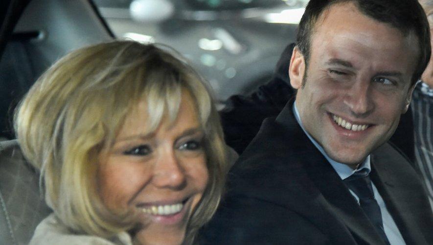 L'ex-ministre de l'Economie Emmanuel Macron (d) et son épouse Brigitte Macron, le 11 octobre 2016 au Mans