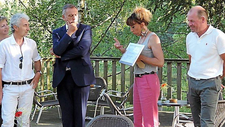 Jean-Claude Luche a salué le travail de Cathy Fabre et lui a remis la médaille de bronze du tourisme.