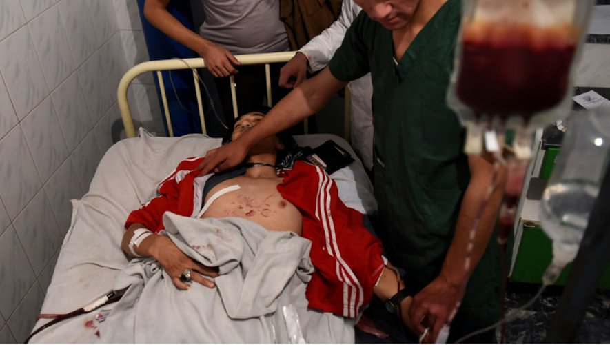 Un blessé lors de l'attaque contre la mosquée chiite Karte Sakhi est pris en charge à l'hôpital, le 11 octobre 2016 à Kaboul