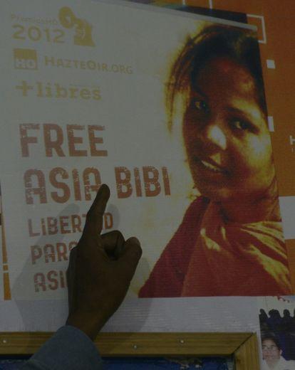 La photo d'Asia Bibi sur une affiche pour une campagne de soutien présentée par son mari Ashiq Masih le 27 septembre 2016 à Lahore