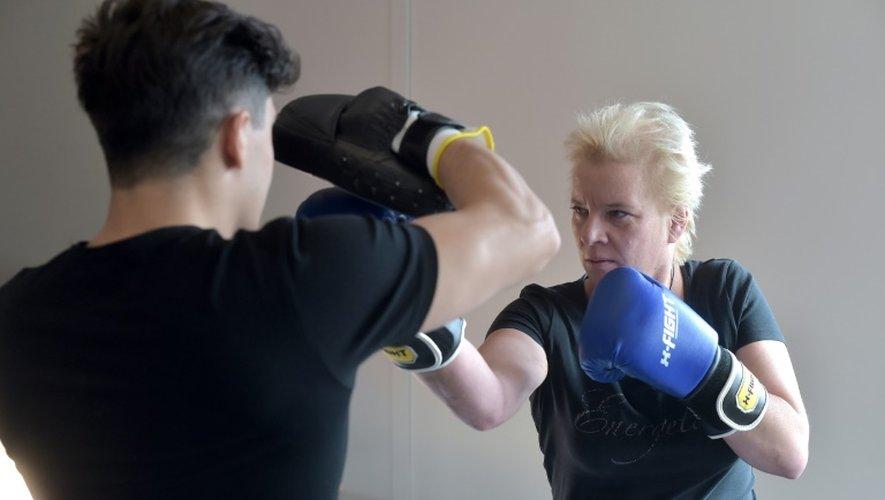 Une patiente s'entraîne à la boxe avec le coach Thilbault Kuhn, au centre de lutte contre le cancer Paul-Strauss à Strasbourg, le 6 octobre 2016