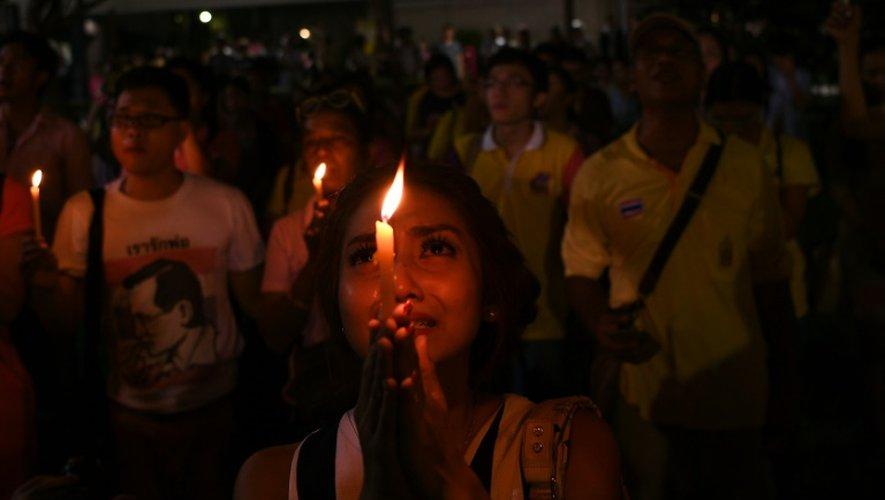 Recueillement à Bangkok après la mort du roi de Thaïlande, le 13 octobre 2016