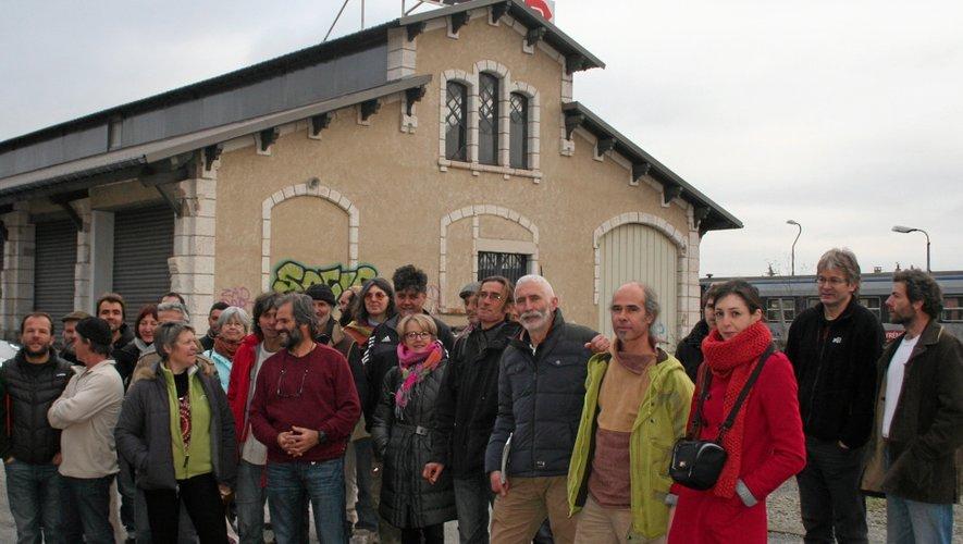 Les porteurs du projet devant le bâtiment qui accueillera la Maison des possibles.