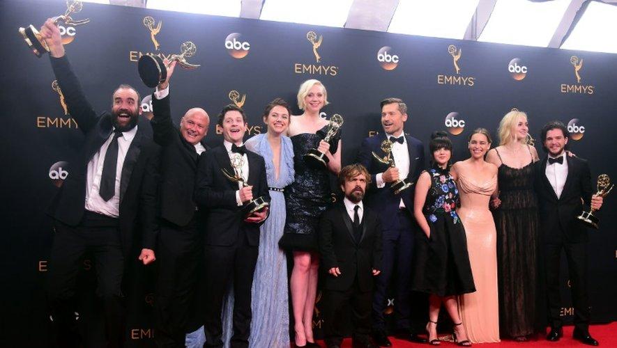 """Les acteurs et l'équipe de tournage de Games of Thrones, le 18 septembre 2016 à Los Angeles. """"On pense que le prochain Games of Thrones ne fera pas 20 fois une heure mais peut-être 500 fois 8 minutes"""" a déclaré S. Roussel, DG en charge des opérations de Vivendi."""
