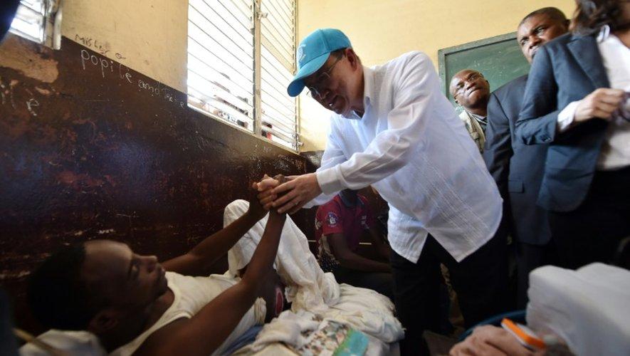 Le secrétaire général de l'ONU Ban Ki-moon et un des sinistrés de l'ouragan Matthew aux Cayes dans sud-ouest d'Haïti, le 15 octobre 2016