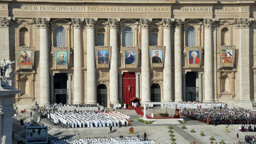 Les portraits des septs nouveaux canonisés sont déployés sur la façade de la basilique Saint-Pierre de Rome pendant la messe, le 16 octobre 2016