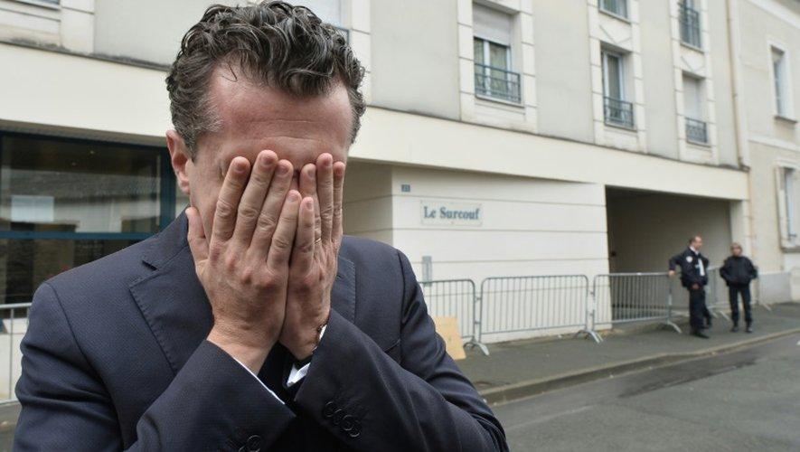 Christophe Béchu, le maire d'Angers, le 16 octobre 2016 après une conférence de presse devant l'immeuble où quatre jeunes sont mort dans l'effondrement d'un balcon