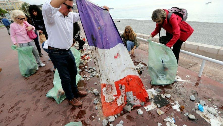L'association Promenade des Anges ramassent, le 16 octobre 2016, les objets déposés sur la Promenade des Anglais, trois mois après l'attentat de Nice
