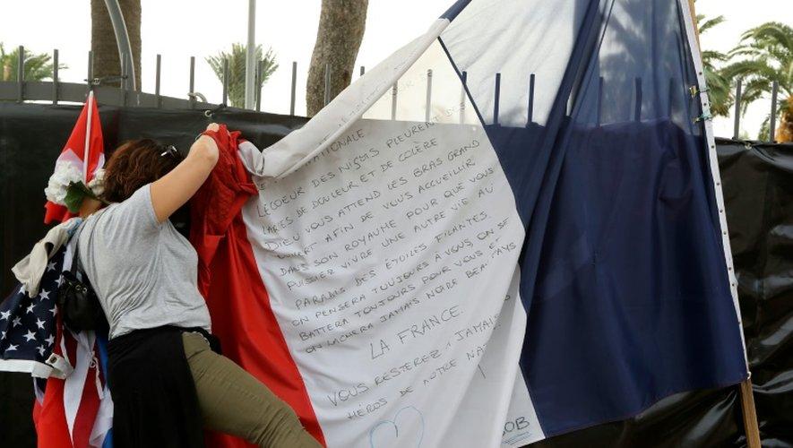 L'association Promenade des Anges a récolté, le 16 octobre 2016, les hommages aux victimes de l'attentat de Nice déposés sur la Promenade des Anglais