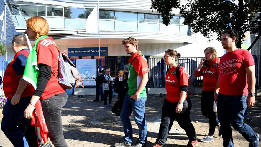 Les supporters irlandais quittent le stade Yves du Manoir à Colombes après le report du match Racing-Munster, le 16 octobre 2016