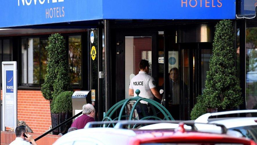 Un policier enquêteur entre à l'hôtel où l'entraîneur Anthony Foley a été retrouvé mort à Suresnes, le 16 octobre 2016