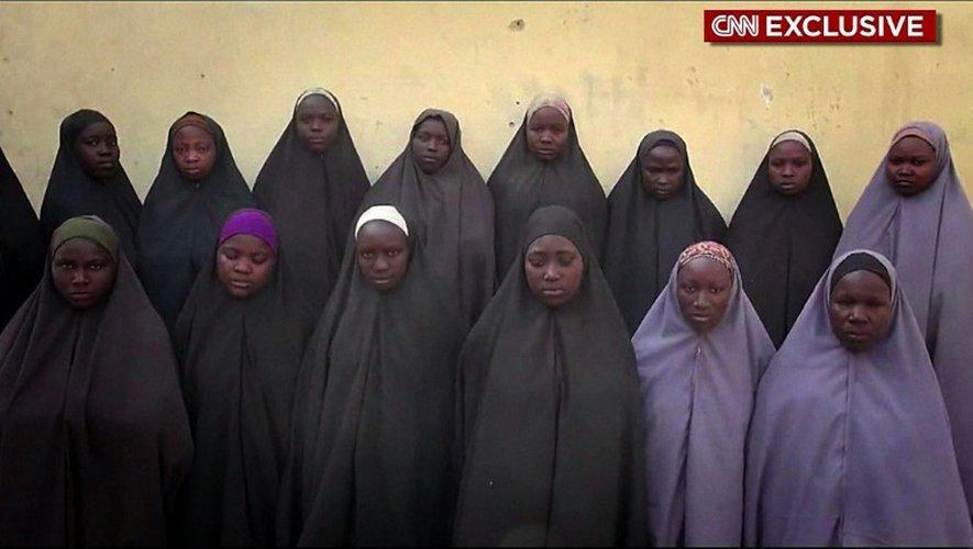 Capture d'écran en date du 14 avril 2016 d'une vidéo de CNN, montrant des lycéennes enlevées par le groupe jihadiste Boko Haram à Chibok