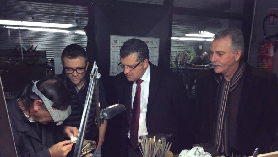Le directeur de la société des Forges de Laguiole, Thierry Mouysset, a fait visiter l'usine à Franck Proust, ici aux côtés du maire Vincent Alazard.