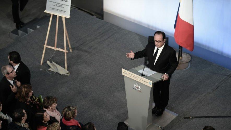 Le président François Hollande s'adresse aux employés de ArcelorMittal, au site de Florange, le 17 octobre 2016