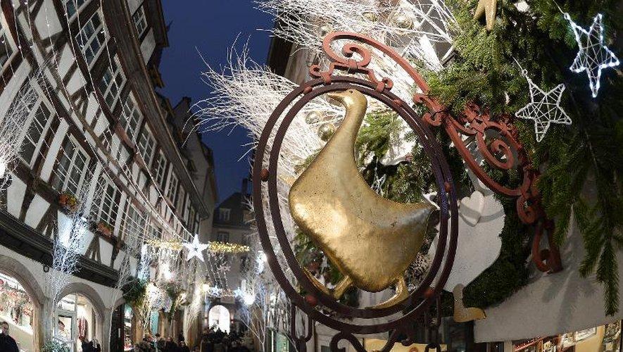 L'enseigne d'une boutique de foie gras près du marché de Noël à Strasbourg, dans l'est de la France, le 3 décembre 2014