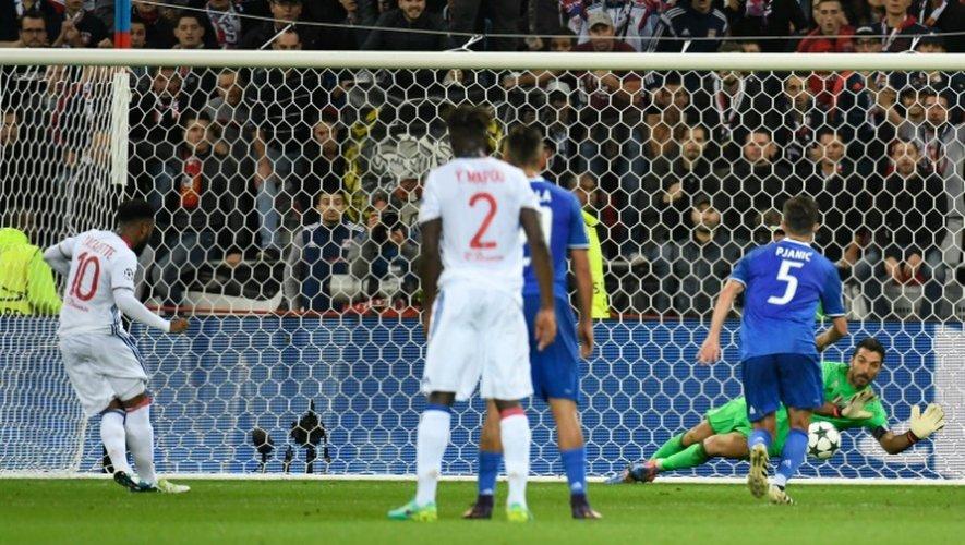 Le Lyonnais Alexandre Lacazette tire un penalty et bute sur Gianluigi Buffon de la Juventus en Ligue des champions, le 18 octobre 2016 à Lyon