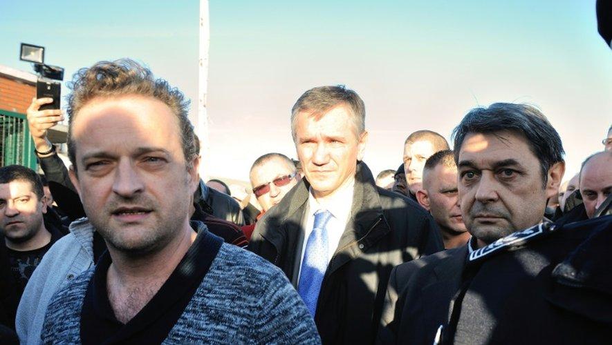 Le syndicaliste CGT Mickaël Wamen (g) à côté de Bernard Glesser, DRH de l'usine Goodyear qui vient d'être séquestré, le 7 janvier 2014 à Amiens