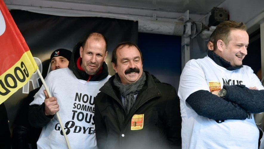 Le secrétaire général de la CGT Philippe Martinez (C) et l'ancien salarié de Goodyear Mickael Wamen lors d'une manifestation le 4 février 2016 à Paris