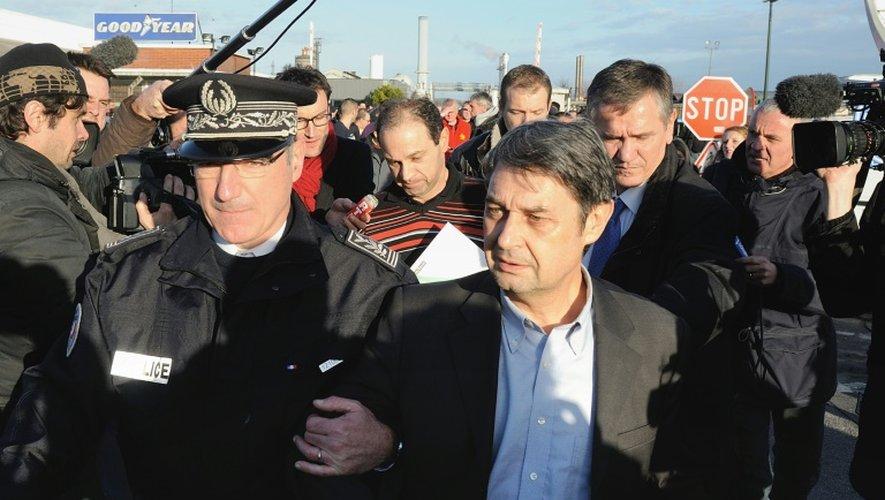 La police escorte Bernard Glesser, DRH de l'usine Goodyear, le 7 janvier à Amiens, après sa séquestration