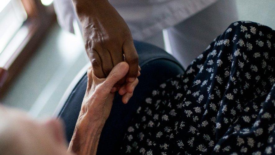 La dénutrition favorise le développement d'infections et de complications postopératoires, retarde la guérison et accroît le risque de chute